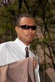 Jeunes hommes d'affaires afro-américains dans des lunettes de soleil Image stock
