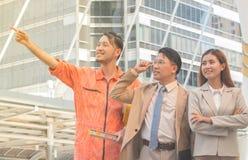 Jeunes hommes d'affaires asiatiques et vue d'ingénieurs de construction Images stock