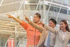 Jeunes hommes d'affaires asiatiques et vue d'ingénieurs de manag de construction Photographie stock libre de droits