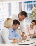 Les gens lors de la réunion d'affaires au bureau Image stock