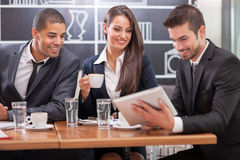 Jeunes hommes d'affaires ayant une réunion d'affaires à la table basse Photos libres de droits