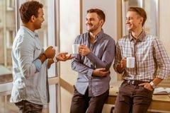Jeunes hommes d'affaires beaux coworking et se reposant photos stock