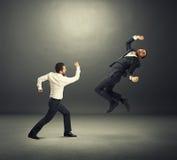 Jeunes hommes d'affaires dans le combat Photos stock