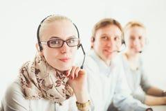 Jeunes hommes d'affaires et collègues positifs attirants dans un bureau de centre d'appels businesspeople Photographie stock