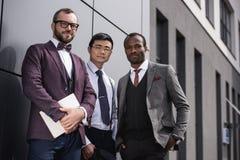 Jeunes hommes d'affaires multi-ethniques élégants dans le formalwear posant dehors Images libres de droits