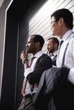 Jeunes hommes d'affaires multi-ethniques élégants dans le formalwear se tenant dehors Photos stock