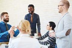 Jeunes hommes d'affaires parlant à la pause-café photos stock