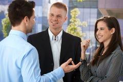 Jeunes hommes d'affaires parlant en dehors de du bureau Photo stock