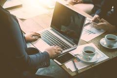 Jeunes hommes d'affaires se réunissant en café pendant le temps de café Photographie stock libre de droits