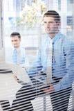 Jeunes hommes d'affaires travaillant dans le bureau lumineux Photos stock