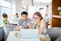 Jeunes hommes d'affaires travaillant en café Photo libre de droits