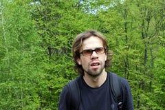 Jeunes hommes dans la forêt Photos stock