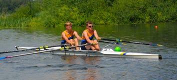 Jeunes hommes dans les paires Sculling sur la rivière Ouse à St Neots Image stock