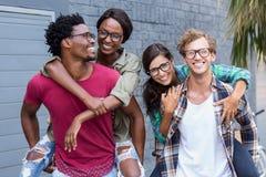 Jeunes hommes donnant sur le dos aux femmes Photo libre de droits