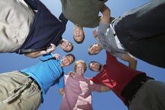 Jeunes hommes en cercle Photo stock