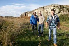 Jeunes hommes ensemble sur la promenade dans le pays Images libres de droits