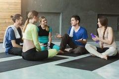 Jeunes hommes et femmes ayant le repos après la formation de forme physique Photo stock