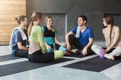 Jeunes hommes et femmes ayant le repos après la formation de forme physique Photos stock