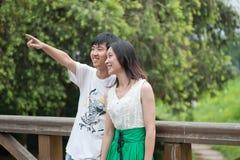 Jeunes hommes et femmes causant sur la passerelle Photo stock