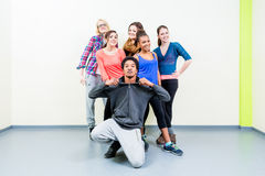 Jeunes hommes et femmes dans la pose de classe de danse Photographie stock libre de droits