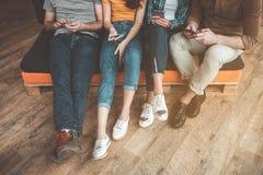 Jeunes hommes et femmes impliqués dans la communication en ligne Photos stock