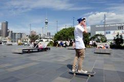 Jeunes hommes faisant de la planche à roulettes dans le viaduc d'Auckland Photo stock
