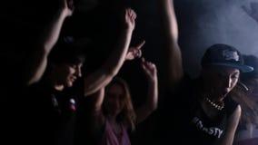 Jeunes hommes gais de partie d'houblon de hanche et filles chaudes dansant dans la chambre noire clips vidéos