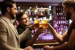 Jeunes hommes gais grillant avec de la bière Photos libres de droits