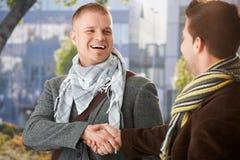 Jeunes hommes heureux serrant la main Photographie stock libre de droits