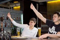 Jeunes hommes heureux signalant pour le service Photos stock