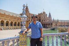 Jeunes hommes hispaniques beaux posant dans la plaza de España en Séville Espagne Photo libre de droits