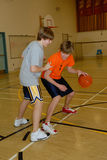 Jeunes hommes jouant au basket-ball photographie stock