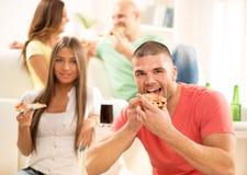 Jeunes hommes mangeant de la pizza Photo libre de droits