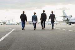 Jeunes hommes marchant sur l'aérodrome Images stock