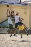 Jeunes hommes multiculturels jouant le football sur la cour photo libre de droits