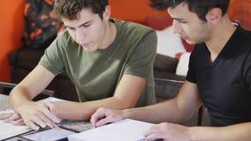 Jeunes hommes occupés avec des études Photographie stock libre de droits