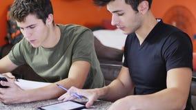 Jeunes hommes occupés avec des études Photo stock