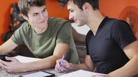 Jeunes hommes occupés avec des études Image libre de droits