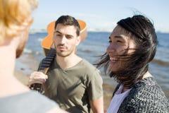 Jeunes hommes parlant de la plage Image stock