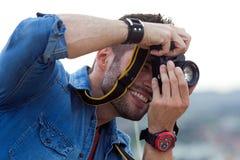 Jeunes hommes prenant la photo de son amie Photographie stock libre de droits