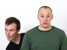 Jeunes hommes ratant son coup autour ensemble Photographie stock