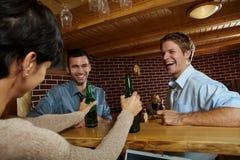 Amis dans le pub Image stock