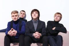 Jeunes hommes s'asseyant sur un sofa Photo libre de droits