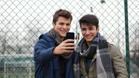 Jeunes hommes satisfaits posant à l'appareil-photo pour le selfie Images libres de droits