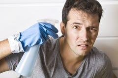 Jeunes hommes soumis à une contrainte pendant le nettoyage Il a assez de ménage photos libres de droits