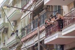 Jeunes hommes sur un balcon au carnaval de Xanthi, Grèce photo stock