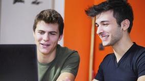 Jeunes hommes videochatting sur le PC d'ordinateur portable Photographie stock libre de droits