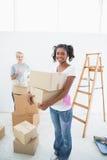 Jeunes housemates entrant dans la nouvelle maison Photographie stock