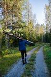 Jeunes identifiez-vous de transport d'homme fort les bois photographie stock