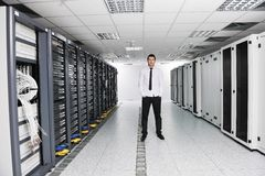 Jeunes il ingénieur dans la pièce de serveur de datacenter Photographie stock